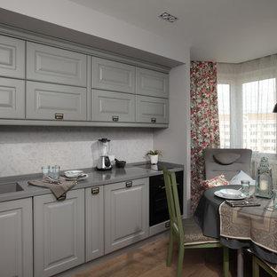 モスクワの中くらいのエクレクティックスタイルのおしゃれなキッチン (アンダーカウンターシンク、落し込みパネル扉のキャビネット、グレーのキャビネット、人工大理石カウンター、白いキッチンパネル、パネルと同色の調理設備、無垢フローリング、アイランドなし、ベージュの床、グレーのキッチンカウンター) の写真