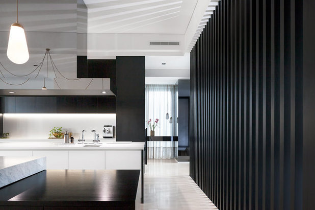 Modern  by Leon House Design