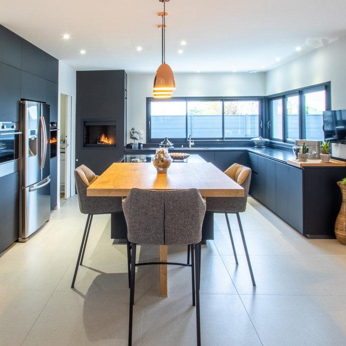 Réalisation d'une cuisine et d'un bar à vin dans une villa chic et moderne