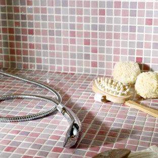 Esempio di una stanza da bagno di medie dimensioni con lastra di vetro, pavimento con piastrelle a mosaico, piastrelle grigie e pareti grigie