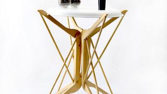 Mesa con perchas y pegamento ceys