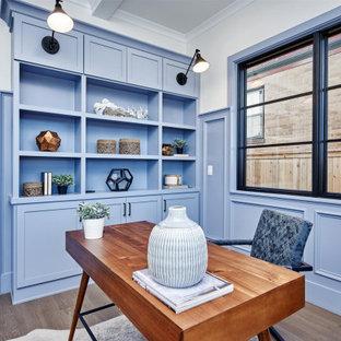 デンバーの広いカントリー風おしゃれな書斎 (青い壁、淡色無垢フローリング、茶色い床、表し梁) の写真