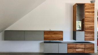 Wohnzimmerwand mit Lowboard und Couchtisch