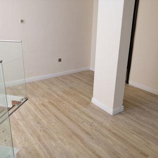 Esempio di una camera matrimoniale minimalista di medie dimensioni con pareti grigie, pavimento in vinile, camino ad angolo, cornice del camino in cemento, pavimento giallo, soffitto in legno e pareti in perlinato