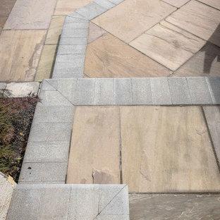 Große Klassische Gartenkamin hinter dem Haus mit direkter Sonneneinstrahlung und Betonplatten in Kolumbus