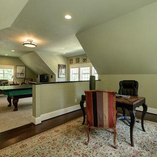 Aménagement d'une grande salle de séjour classique ouverte avec salle de jeu, un mur beige, moquette, aucune cheminée et un téléviseur indépendant.