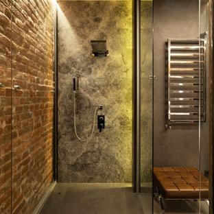 Свежая идея для дизайна: большая главная ванная комната в стиле лофт с плоскими фасадами, белыми фасадами, душевой комнатой, инсталляцией, серой плиткой, мраморной плиткой, бетонным полом, врезной раковиной, столешницей из искусственного камня, серым полом, душем с раздвижными дверями, белой столешницей, унитазом, тумбой под две раковины, встроенной тумбой и кирпичными стенами - отличное фото интерьера