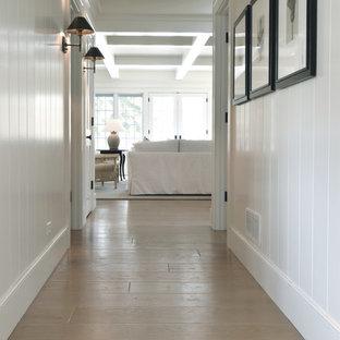 シカゴの広い北欧スタイルのおしゃれな廊下 (白い壁、無垢フローリング、茶色い床、格子天井、塗装板張りの壁) の写真