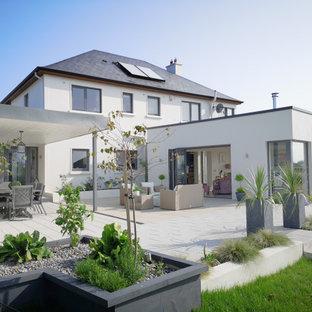 Идея дизайна: двухэтажный дом в стиле модернизм с облицовкой из цементной штукатурки