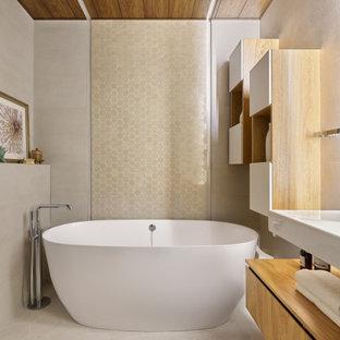 Свежая идея для дизайна: главная ванная комната в современном стиле с плоскими фасадами, светлыми деревянными фасадами, отдельно стоящей ванной, бежевой плиткой, серой плиткой, серым полом, подвесной тумбой и деревянным потолком - отличное фото интерьера