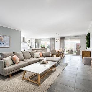 Foto di un soggiorno contemporaneo di medie dimensioni e aperto con pareti grigie, pavimento con piastrelle in ceramica, TV a parete e pavimento grigio