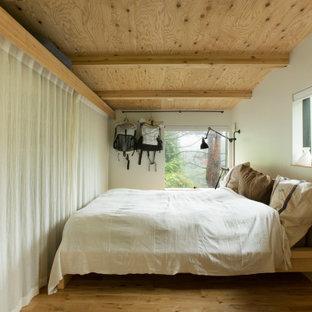 他の地域の中くらいのインダストリアルスタイルのおしゃれな主寝室 (白い壁、無垢フローリング、表し梁、塗装板張りの壁) のインテリア
