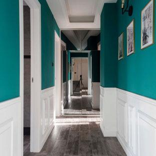 ナポリの中くらいのコンテンポラリースタイルのおしゃれな廊下 (緑の壁、磁器タイルの床、グレーの床、折り上げ天井、羽目板の壁) の写真