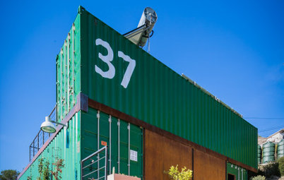 4 contenedores de carga para una casa integrada en la naturaleza
