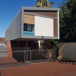 Inspiration för små moderna hus, med två våningar, metallfasad och tak i metall