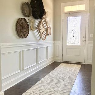 Ispirazione per un ingresso bohémian di medie dimensioni con pareti grigie, parquet scuro, pavimento marrone, una porta a pivot e una porta bianca