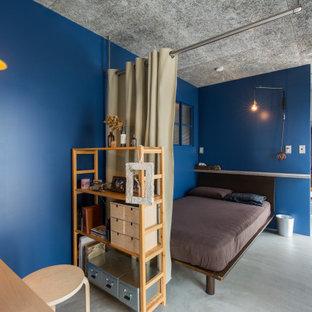他の地域の中くらいのインダストリアルスタイルのおしゃれな主寝室 (青い壁、コンクリートの床、板張り天井、塗装板張りの壁) のインテリア