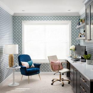 Modelo de despacho papel pintado, clásico renovado, de tamaño medio, papel pintado, con paredes multicolor, moqueta, escritorio empotrado, suelo gris y papel pintado