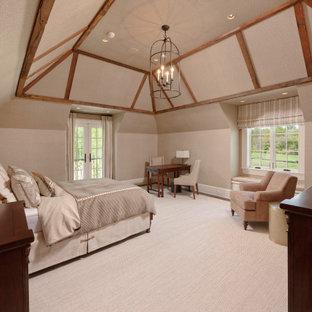 Immagine di una grande camera degli ospiti chic con pareti grigie, parquet scuro e soffitto a cassettoni