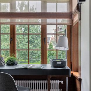 Modernes Arbeitszimmer mit Arbeitsplatz, grauer Wandfarbe, braunem Holzboden, freistehendem Schreibtisch, braunem Boden, Holzdecke und vertäfelten Wänden in Sankt Petersburg