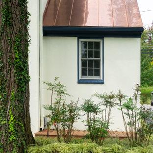 Стильный дизайн: большой, четырехэтажный, бежевый частный загородный дом в классическом стиле с облицовкой из цементной штукатурки, крышей из смешанных материалов и серой крышей - последний тренд