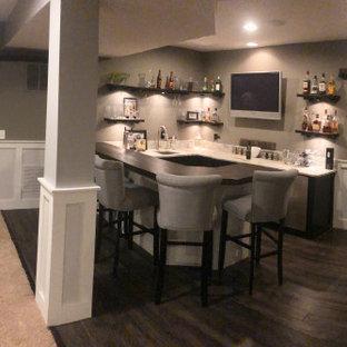 Esempio di un piccolo angolo bar con lavandino country con lavello sottopiano, mensole sospese, ante con finitura invecchiata, top in legno, paraspruzzi grigio, parquet scuro, pavimento marrone e top marrone