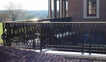 Alum powder coated railing with a bronze cap molding