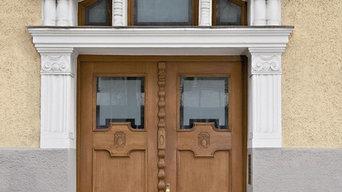 Denkmalgeschütztes Hausportal mit getrennter Oberlichte