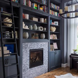 ポートランドの中くらいのトランジショナルスタイルのおしゃれなホームオフィス・書斎 (ライブラリー、黒い壁、無垢フローリング、標準型暖炉、タイルの暖炉まわり、茶色い床) の写真