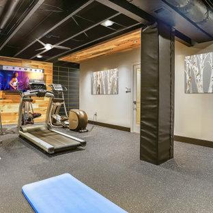 Multifunktionaler, Mittelgroßer Industrial Fitnessraum mit grauer Wandfarbe, grauem Boden und freigelegten Dachbalken in Washington, D.C.