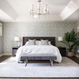 Imagen de dormitorio principal, abovedado y papel pintado, moderno, grande, papel pintado, sin chimenea, con paredes grises, suelo de madera oscura, suelo marrón y papel pintado