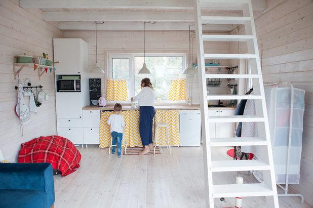 Lovely Die Arbeitsfläche Der Küche Unter Dem Fenster Angeordnet. Hier Tatjana Hat  Barhocker. Unter Der Tischplatte Befinden Sich Eine Waschmaschine, ...