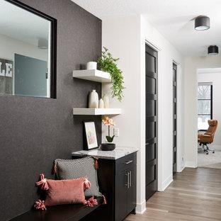 Exempel på ett mellanstort modernt kapprum, med vita väggar, vinylgolv och brunt golv