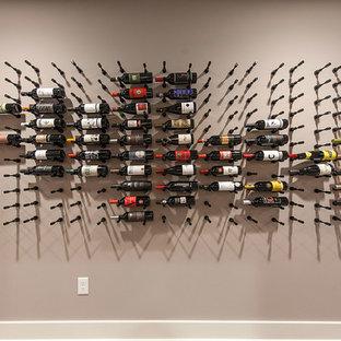 他の地域の中サイズのシャビーシック調のおしゃれなワインセラー (磁器タイルの床、ディスプレイラック) の写真