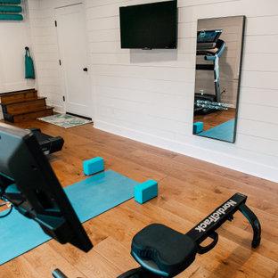 Multifunktionaler, Mittelgroßer Eklektischer Fitnessraum mit weißer Wandfarbe, braunem Holzboden, braunem Boden und gewölbter Decke in Seattle