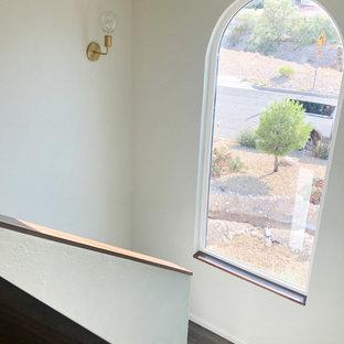 他の地域の中くらいのエクレクティックスタイルのおしゃれな廊下 (グレーの壁、ラミネートの床) の写真