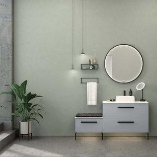 Skandinavisches Badezimmer mit lila Wandfarbe, weißem Boden, Tapetendecke und Tapetenwänden in Hamburg