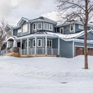 Exemple d'une grand façade de maison bleue craftsman à trois étages et plus avec un revêtement en panneau de béton fibré, un toit à deux pans et un toit en shingle.