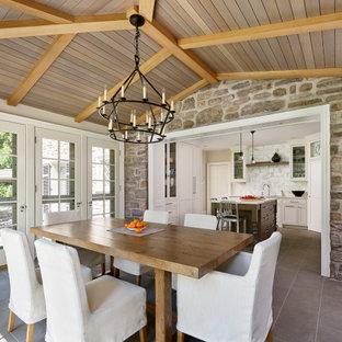Esempio di una piccola sala da pranzo aperta verso la cucina chic con pareti grigie, pavimento in gres porcellanato, pavimento grigio e soffitto in perlinato