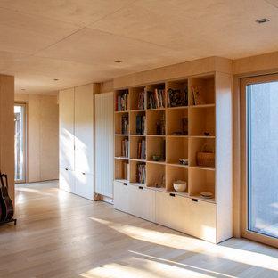 Esempio di una grande palestra multiuso contemporanea con parquet chiaro e soffitto in legno