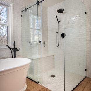 Idéer för att renovera ett mellanstort lantligt svart svart en-suite badrum, med skåp i shakerstil, vita skåp, ett fristående badkar, en öppen dusch, en toalettstol med separat cisternkåpa, vit kakel, tunnelbanekakel, vita väggar, ett fristående handfat, granitbänkskiva och dusch med skjutdörr