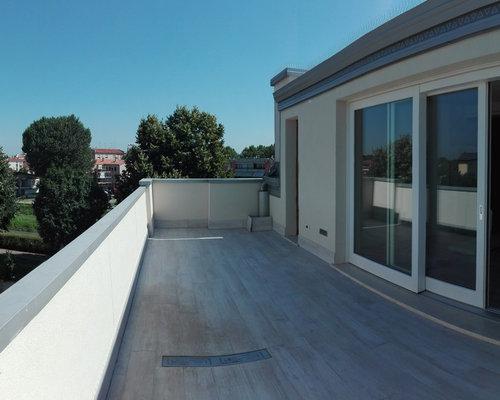 Zona living con terrazzo panoramico, chiusura con alzante scorrevole.