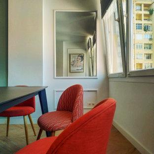 マラガの小さいコンテンポラリースタイルのおしゃれなLDK (白い壁、磁器タイルの床、茶色い床) の写真
