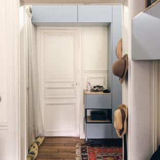 パリの小さい男女兼用モダンスタイルのおしゃれな壁面クローゼット (インセット扉のキャビネット、淡色木目調キャビネット、無垢フローリング、茶色い床) の写真