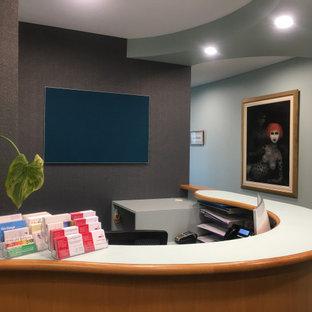 Modelo de distribuidor papel pintado, actual, de tamaño medio, papel pintado, con paredes verdes, moqueta, puerta simple, puerta de vidrio, suelo turquesa y papel pintado