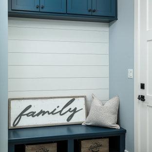 Стильный дизайн: большая п-образная универсальная комната в современном стиле с врезной раковиной, фасадами в стиле шейкер, синими фасадами, деревянной столешницей, серым фартуком, фартуком из кварцевого агломерата, синими стенами, полом из керамической плитки, со стиральной и сушильной машиной рядом, синим полом, синей столешницей и стенами из вагонки - последний тренд