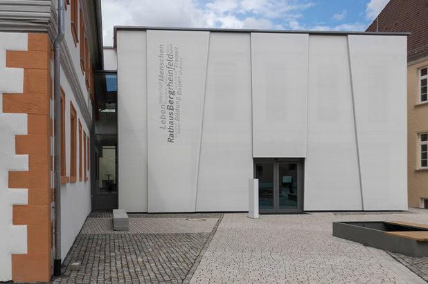 Современный Фасад дома by roho GmbH