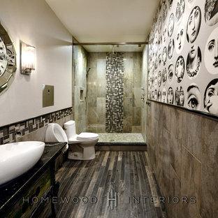 Ejemplo de cuarto de baño tradicional renovado con paredes grises, suelo de baldosas de porcelana, lavabo sobreencimera, encimera de mármol, suelo gris, armarios tipo mueble, puertas de armario con efecto envejecido, urinario, baldosas y/o azulejos beige y baldosas y/o azulejos de travertino