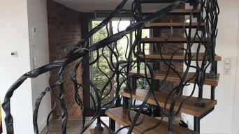 Exklusive geschmiedete Treppe mit geschmideten Treppengeländer. Moderner Stil.