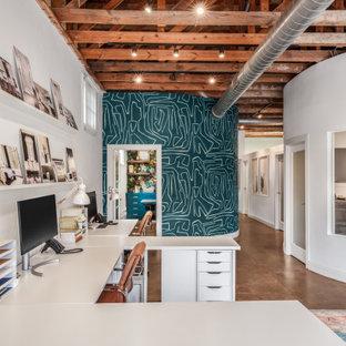 Источник вдохновения для домашнего уюта: кабинет в стиле неоклассика (современная классика) с белыми стенами, бетонным полом, отдельно стоящим рабочим столом, коричневым полом, балками на потолке и обоями на стенах